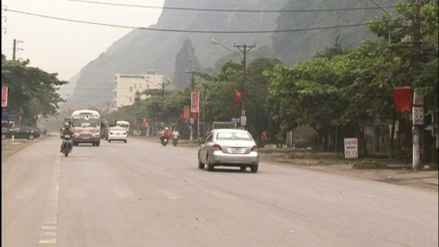 Song song đó, tuyến đường sắt chạy dọc theo tuyến QL18 cũng gây ảnh hưởng đến hình ảnh mỹ quan đô thị của thành phố Cẩm Phả.