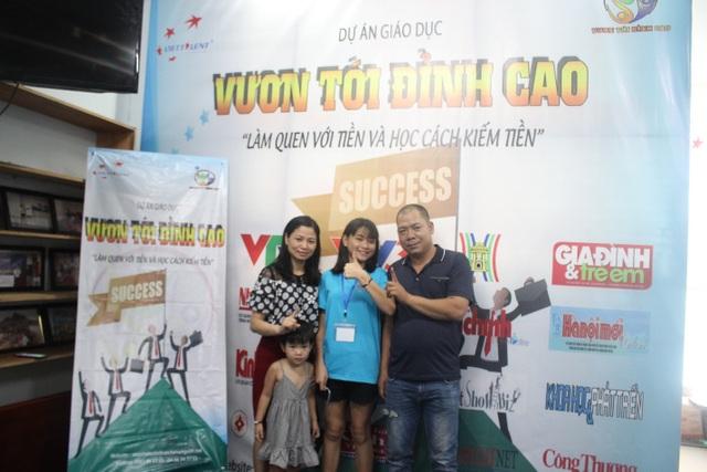 Nhiều phụ huynh, gia đình đưa con đến tham dự chương trình từ sáng sớm 19/6.