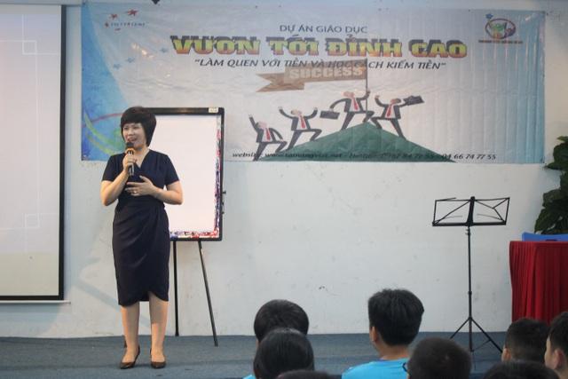 Diễn giả Bùi Thu Hiền phát biểu khai mạc chương trình