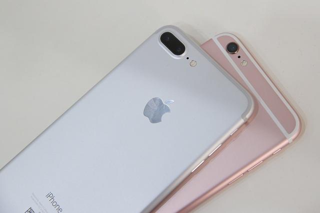 Vị trí camera dài hơn nên đèn flash được dịch chuyển xa hơn chút so với iPhone 6S Plus