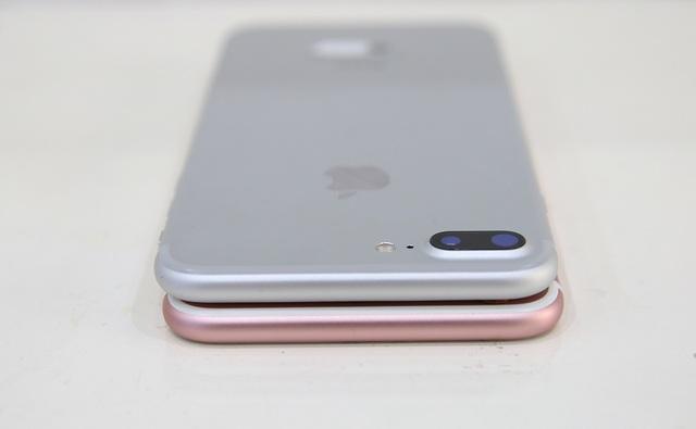 Về thiết kế, các góc bo tròn tương tự nhau. Thay đổi lớn nhất là iPhone 7 Plus có thêm camera kép cùng viền ăng ten được đẩy lên phía đầu