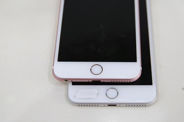 Phím home trên iPhone 7 Plus cũng tương tự nhưng khác cơ chế sử dụng. Nó sử dụng cảm ứng lực thay vì phím Home truyền thống như iPhone 6S Plus