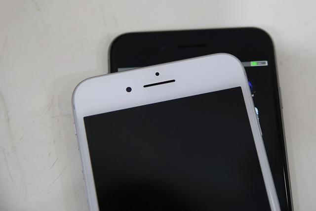 Phía trên màn hình với dải loa dài hơn phiên bản cũ. Màu Grey có màn hình màu đen
