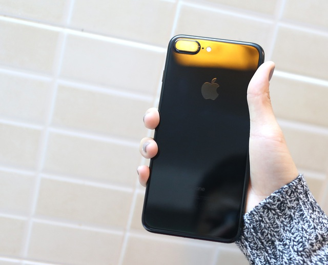 Về mặt cấu hình, iPhone 7 Plus sử dụng vi xử lý thế hệ A10 Fusion hoàn toàn mới, RAM 3 GB và bộ nhớ bắt đầu từ 32 GB, 128 GB và 256 GB. Riêng bản Jet Black chỉ có từ 128 GB trở lên.