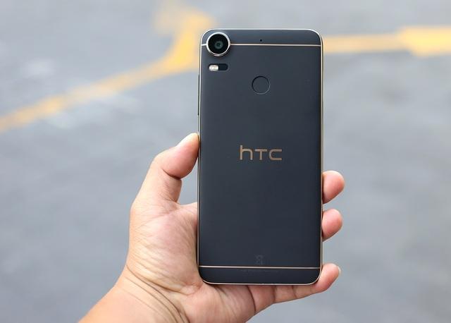 Về mặt thiết kế, Desire 10 pro được thiết kế với viền kim loại màu vàng có độ tương phản cao và chạy dọc xung quanh các viền máy. Lưng máy được tích hợp bộ phận cảm biến vân tay khá nhạy và có thể nhận ra dấu vân tay của bạn từ mọi góc độ và vị trí. HTC cũng đưa vào chức năng chạm vào cảm biến để chụp ảnh selfie trên dòng sản phẩm này