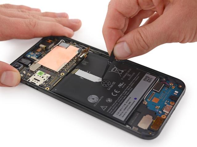 Pin do HTC cung cấp. Thỏi pin này có thiết kế khá lạ, để tháo rời, người dùng cần làm theo đường chỉ dẫn được hiển thị sẵn trên thân pin và chỉ cần kéo nó ra có thể mở được viên pin
