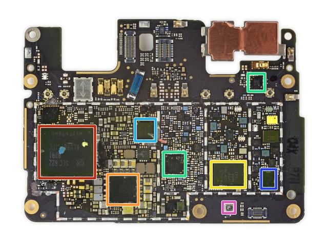 Mặt sau với ổ cứng lưu trữ 32 GB của Samsung cùng các chip khuếch đại công suất, cảm biến áp suất không khí-Series và chip âm thanh...