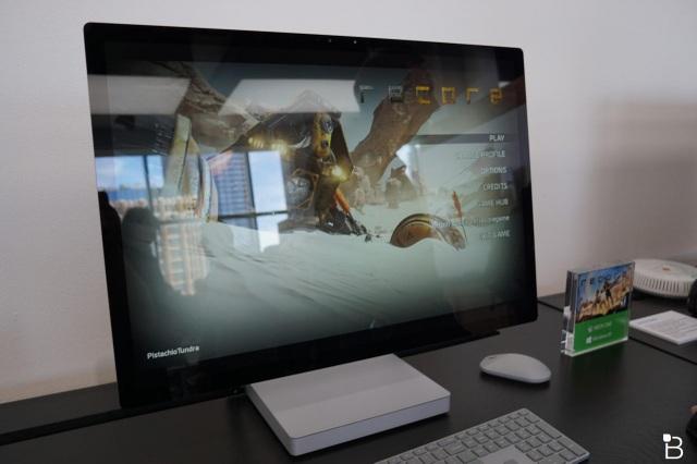 Ngoài bản lề Zero Gravity Hinge, Surface Studio còn gây ấn tượng với thiết kế của màn hình. Hãng cho biết, Surface Studio là mẫu máy tính AIO (All-in-one) có màn hình LCD mỏng nhất hiện nay với độ mỏng chỉ 12,5 mm.