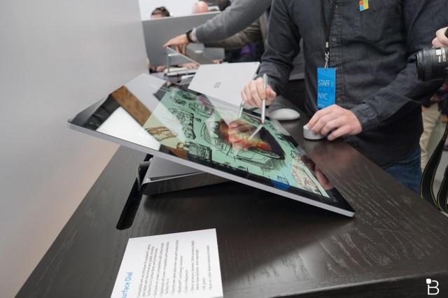 Màn hình Surface Studio có kích thước 28 inch tích hợp công nghệ hiển thị cao cấp PixelSense và công nghệ TrueColor. Qua đó, giúp màn hình thể hiện các hình ảnh rực rỡ và sắc nét hơn. Microsoft cũng đã cho biết, màn hình của Surface Studio với 13,5 triệu điểm ảnh, nhiều hơn 63% so với một chiếc TV 4K hiện nay.