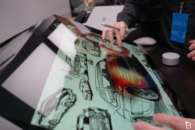 Tuy nhiên điểm mỏng chưa phải là điều gây thích thú người dùng mà đó là khả năng hiển thị và tương tác của Surface Studio. Microsoft thiết kế màn hình có khả năng hỗ trợ cảm ứng 10 điểm và được bảo vệ bởi kính cường lực Gorilla Glass.