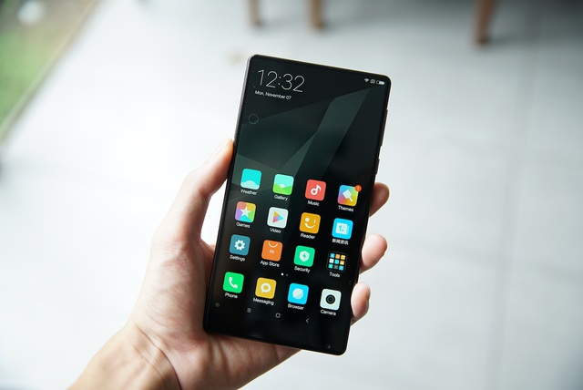 Khi nhìn vào mặt trước, người dùng sẽ thấy Mi Mix gần như không viền. Xiaomi cho biết màn hình của máy chiếm đến 91,3% mặt trước.