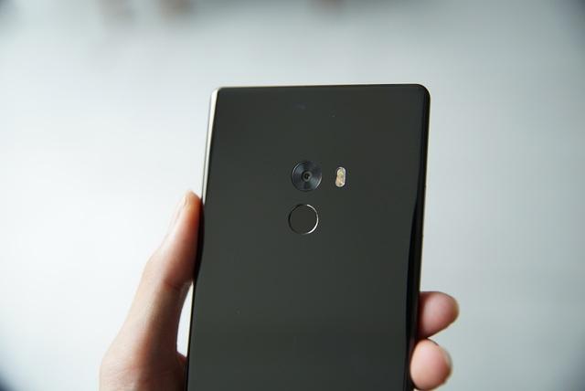 Ở mặt sau, máy sử dụng chất liệu kính cường lực có độ bóng cao. Đây là phiên bản màu đen và khi ra ánh sáng, máy khá bóng và đẹp mắt. Vị trí mặt sau với một camera 16 MP tích hợp đèn flash LED và cảm biến vân tay
