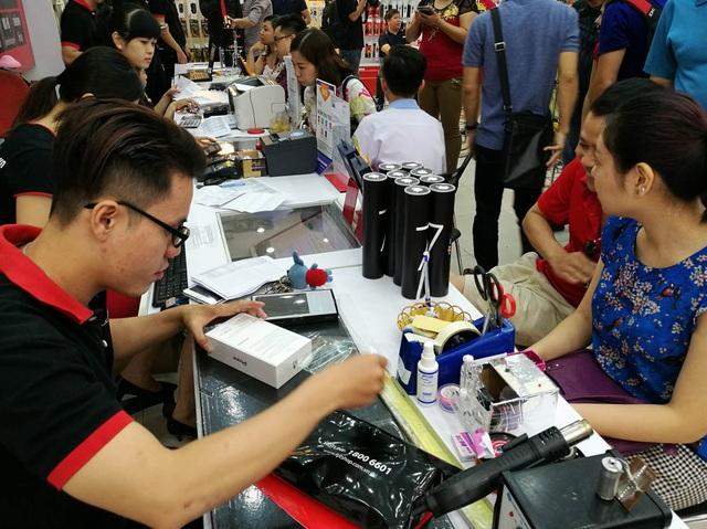 Nhiều khách hàng đến nhận máy tại một nhà bán lẻ ở TPHCM