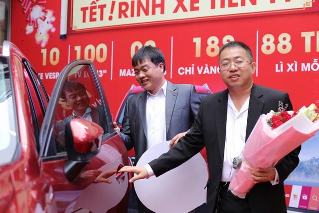 Ông Nguyễn Việt Anh, Phó Tổng Giám đốc FPT Shop trao tận tay chiếc Mazda CX5 cho anh Hoàng Văn Ý
