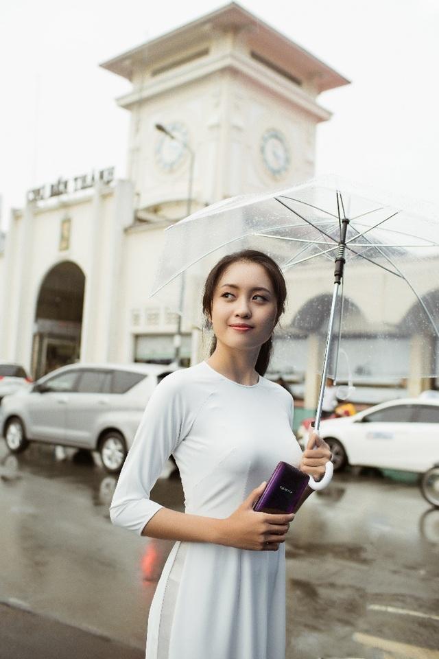 Hình ảnh cô gái trước Chợ Bến Thành mang vẻ đẹp thi vị, đậm nét văn hóa Việt Nam