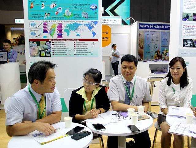 Bà Arita Wei, Quản lý Trung tâm dịch vụ y tế quốc tế BV China Medical University; Tiến sĩ Sheung Pei Wei, Giám đốc khoa Ung thư bức xạ BV Far Eastern Memorial (Trưởng đoàn); Chen Hou Chaung, Giám đốc Trung tâm Kế hoạch tổng hợp Y tế quốc tế, BV Taoyuan General