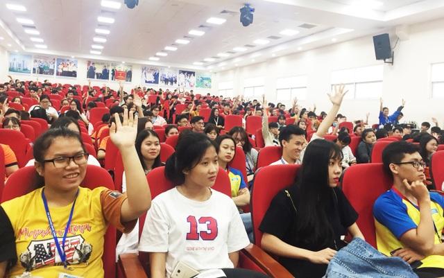 Sinh viên hào hứng đặt câu hỏi giao lưu cùng diễn giả Hoàng Tuấn Anh