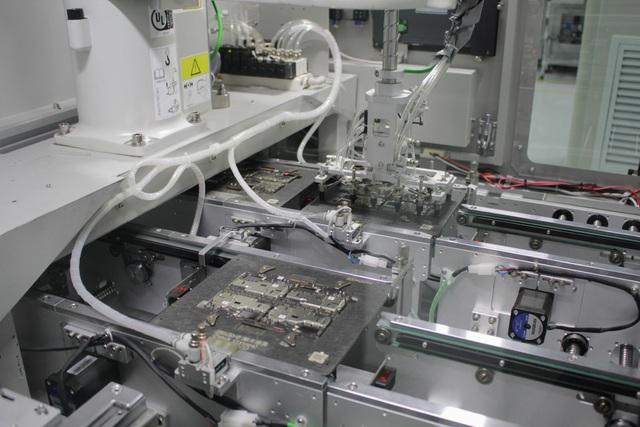 Cận cảnh robot đang lắp ráp tự động bo mạch, cần rất ít sự can thiệp của con người