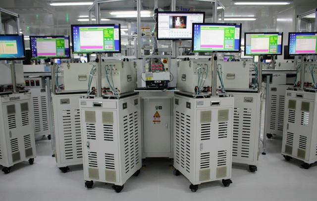 Dàn máy kiểm tra bo mạch trước khi chuyển sang công đoạn tiếp theo