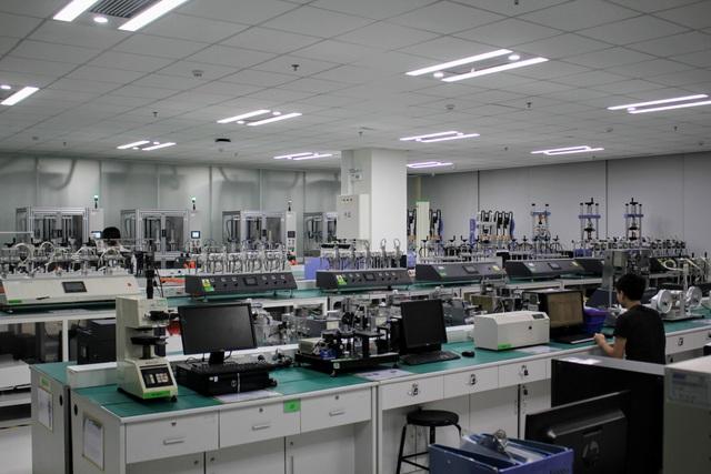 Cả khu nhà xưởng đều sử dụng máy móc để kiểm tra chất lượng của smartphone