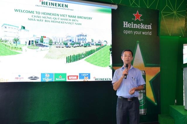 Ông Mẫn Hoàng Hữu – Giám đốc Công nghệ Chất lượng của Nhà máy bia Heineken Việt Nam phát biểu đón chào đoàn tham quan.