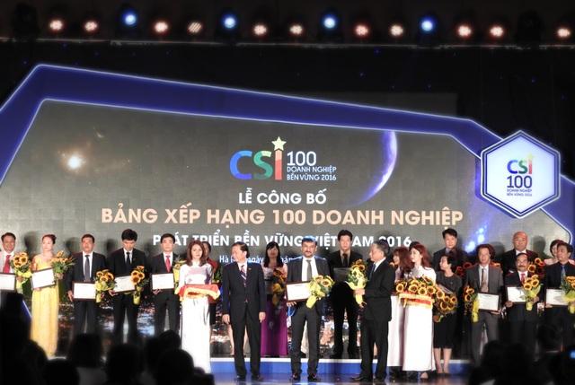 """Ông Uday Shankar Sinha (giữa) – Tổng Giám đốc Suntory PepsiCo Việt Nam tại Lễ công bố """"Bảng xếp hạng Top 100 Doanh Nghiệp Bền Vững 2016"""""""