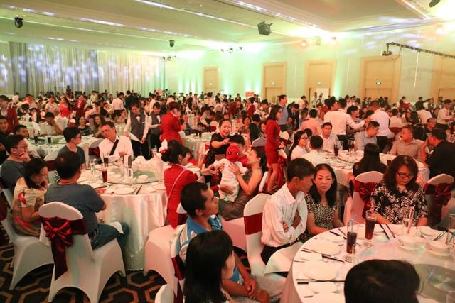 Hơn 800 khách hàng thân thiết của công ty đã có mặt tại bữa tiệc để cùng chia sẻ thành công và dự định năm mới 2017.
