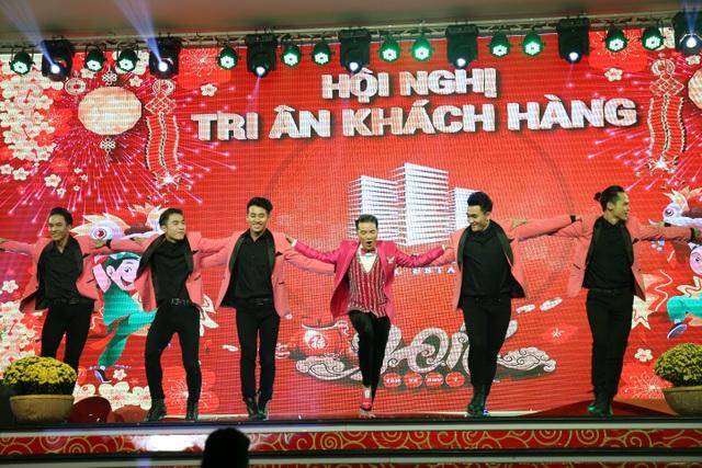 Ca sĩ Đàm Vĩnh Hưng biểu diễn tiết mục sôi động tại bữa tiệc tri ân