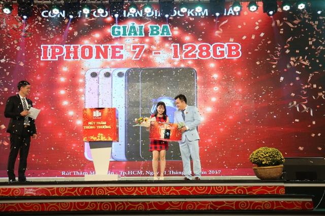 Những khách hàng may mắn nhận giải thưởng tại chương trình