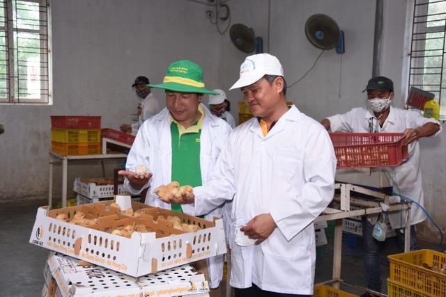 Giám đốc Phạm Văn Lượng (bên phải) khởi nghiệp và thành công từ 50 con gà ri ta nội địa