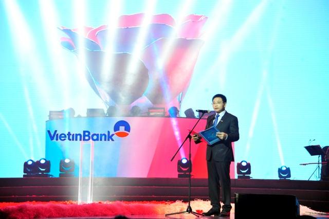 """Điểm nhấn của """"Khoảnh khắc vô giá 2017"""" triệu đóa hồng bung nở trên Nhận diện thương hiệu 2017 của VietinBank. Nhận diện thương hiệu mới nằm trong bước chuyển mình về chiến lược thương hiệu và chiến lược kinh doanh của VietinBank."""
