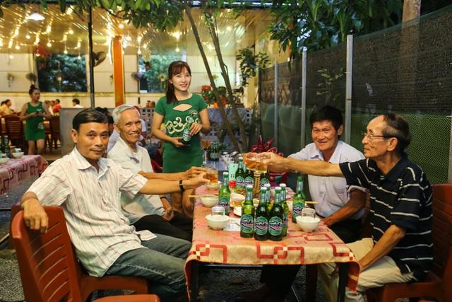 """Từ những ngày đầu có mặt tại thị trường miền Trung cách đây hơn 27 năm, dù qua bao lần thay hình đổi dáng từ giản dị mộc mạc đến sang trọng đẳng cấp như hiện nay, bia Huda vẫn giữ nguyên một chất lượng hảo hạng không đổi cùng hương vị thơm ngon đã làm """"say lòng"""" biết bao người dân xứ này. Để có thể làm được điều đó suốt gần ba thập kỷ, mỗi mẻ bia Huda được sản xuất tại nhà máy bia Carlsberg Việt Nam (Khu công nghiệp Phú Bài – Thừa Thiên Huế) đều kế thừa trọn vẹn tinh hoa trong nghệ thuật nấu - ủ 170 năm kinh nghiệm của Tập đoàn Carlsberg Đan Mạch."""