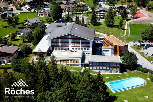 Khuôn viên trường Les Roches tại Thụy Sỹ, trường được thiết kế dựa trên tiêu chuẩn của khách sạn 5 sao.
