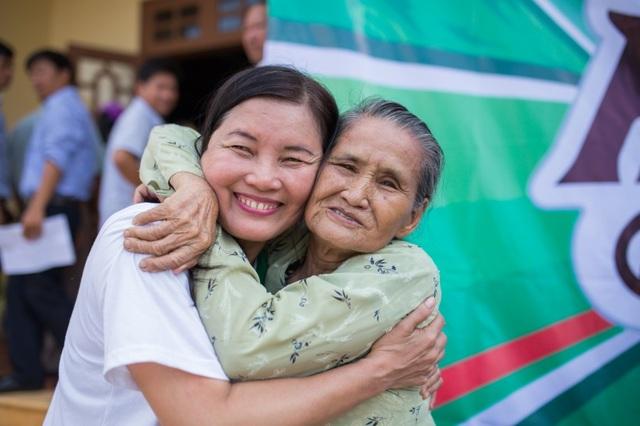 Hơn cả món quà vật chất, những cái ôm thật chặt là sự chia sẻ vô giá về mặt tinh thần mà cán bộ nhân viên Carlsberg Việt Nam luôn dành cho người dân nơi đây