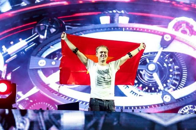 """Hình ảnh """"đốn tim"""" fan Việt của Armin Van Buuren trong show diễn 13/12/2015"""