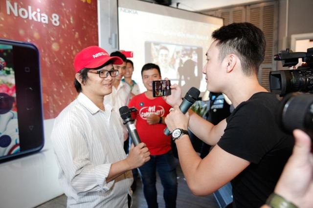 Người tham dự thích thú trải nghiệm chức năng Boothie trên Nokia 8. Đây là chức năng cho phép thiết bị sử dụng đồng thời hai camera trước và sau trong một màn hình cho cả hình ảnh và video. Ngoài ra, người dùng có thể livestream trên Facebook/Youtube chỉ với một thao tác chạm trên chính ứng dụng camera.