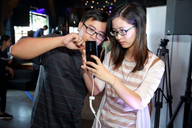 Hai bạn trẻ đang trải nghiệm các tính năng của camera trên Nokia 8