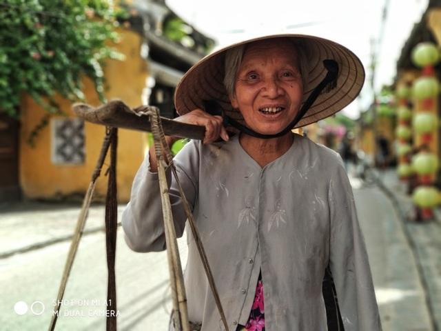 Mi A1 lưu được cả mùi thơm rau húng, cả vị ngọt lạ của rau làng Trà Quế-Hội An. Mùi thơm và vị ngọt của cả nụ cười làm sáng và xanh mướt thêm vườn rau mùa thu ấy.