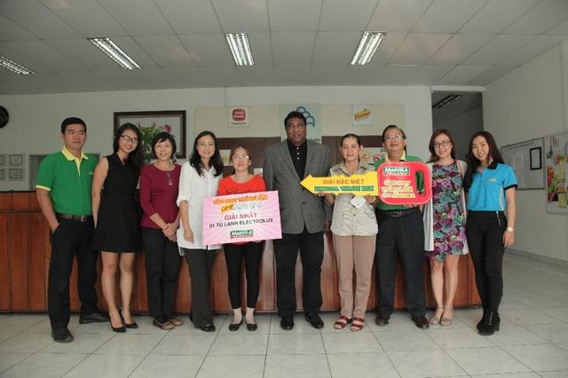 Đại diện thương hiệu Marvela trao giải cho các khách hàng may mắn tại TP. HCM