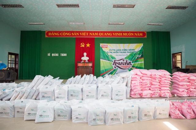 Những phần quà gồm nhu vật phẩm thiết yếu như gạo, nước mắm, mì tôm, dầu ăn, sữa đã được cán bộ, nhân viên Carlsberg Việt Nam nhanh chóng chuyển đến những địa phương chịu thiệt hại nặng nề bởi bão số 12.