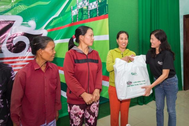 Cán bộ, nhân viên Carlsberg Việt Nam trao những phần quà cứu trợ đến người dân tại xã Quảng Thành, huyện Quảng Điền, Huế.