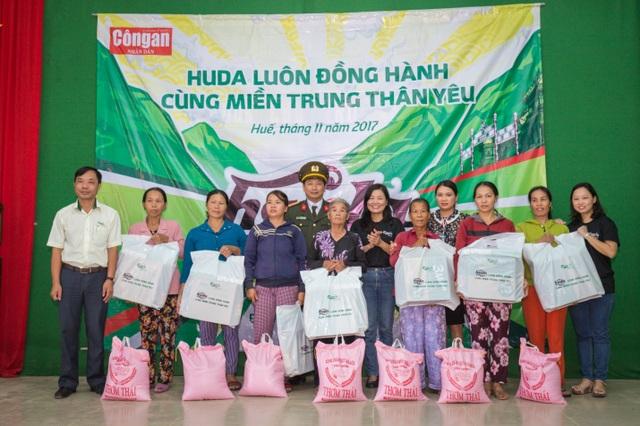 Tại Huế, đoàn đã trao 1500 phần quà cho bà con các huyện Quảng Điền, Phú Lộc, Phú Vang, Phong Điền, Hương Trà.