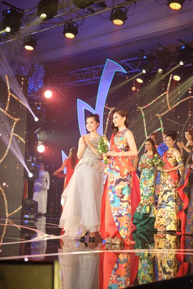 Thí sinh Trần Thanh Huyền (SBD 248) đạt giải Miss Á Đông do nhãn hàng Dạ hương trao tặng