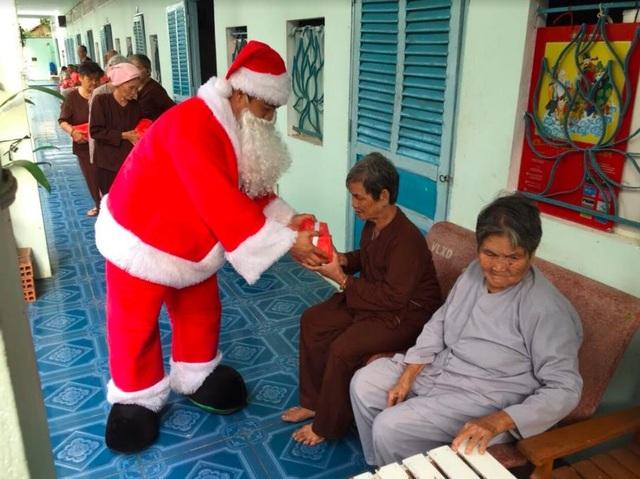 Tại Trà Vinh, ông già Noel Vincom đã đến thăm và tặng quà cho người bị chất độc màu da cam có hoàn cảnh khó khăn, chia sẻ sự quan tâm và cầu chúc mọi người có một mùa Giáng Sinh thật ấm áp và nhiều niềm vui sống.