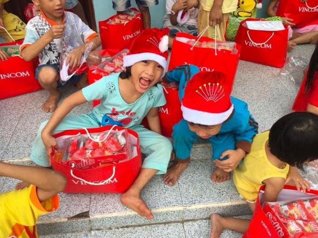 Niềm vui rạng rỡ trên gương mặt các thiên thần nhỏ tại cơ sở nuôi trẻ mồ côi Chùa Long Phước, Bạc Liêu chính là điều kỳ diệu của sự quan tâm và chia sẻ.