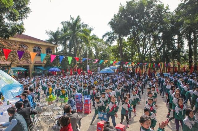 """Các em học sinh tại trường tiểu học Nam Sơn 2, Xã Nam Sơn, Tỉnh Bắc Ninh cùng tham gia đồng diễn """"Điệu nhảy rửa tay"""" - một hoạt động vui nhộn trong các lớp học tiết kiệm và bảo vệ nước sạch nằm trong chương trình """"Mizuiku – Em yêu nước sạch"""""""