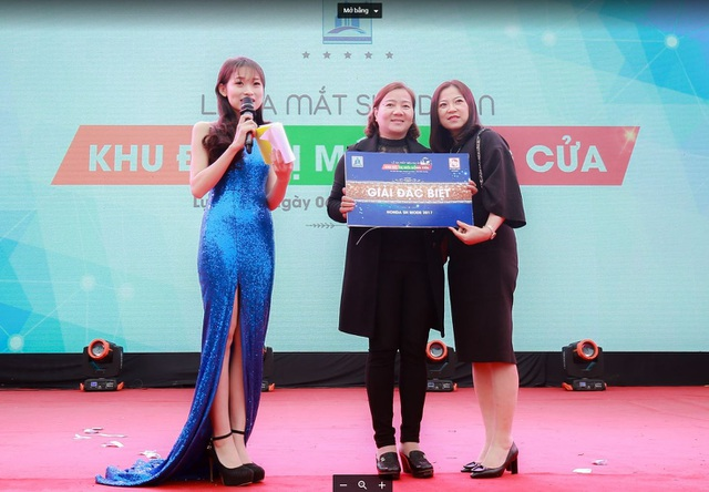 (Khách hàng Nguyễn Thị Ánh đã dành được chiếc Honda Sh Mode 2017 trong buổi lễ ra mắt dự án Khu đô thị mới Đồng Cửa, Lục Nam ngày 06/01 vừa qua)