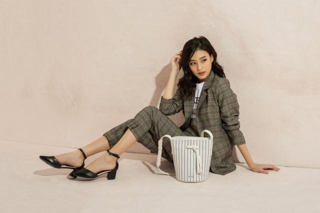 Juno khéo léo mang những mẫu giày đơn giản để tạo nên sự thời thượng. Một bộ blazer sọc ca rô với áo thun in chữ bên trong sẽ là màn kết hợp thú vị với mẫu giày này.