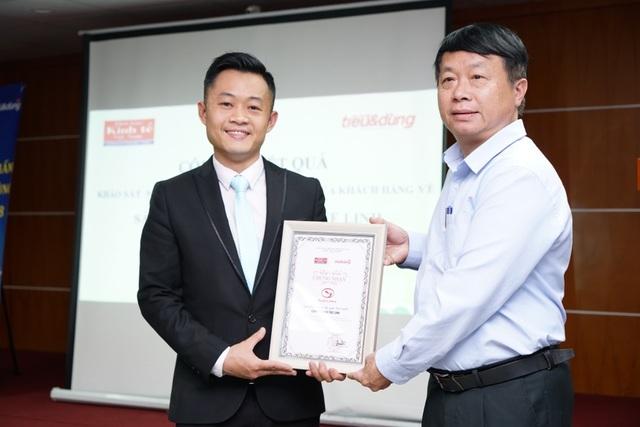 Đại diện nhãn hàng Giải độc gan Tuệ Linh nhận kết quả khảo sát từ Thời báo Kinh tế Việt Nam