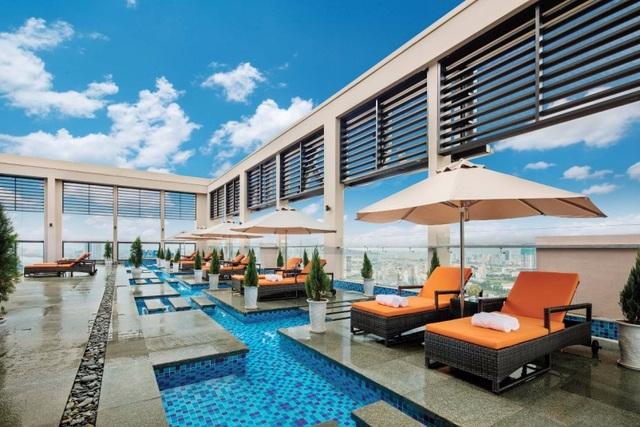 Bể bơi vô cực tầng 33 Altara Suites với tầm nhìn panorama thu trọn toàn cảnh thành phố